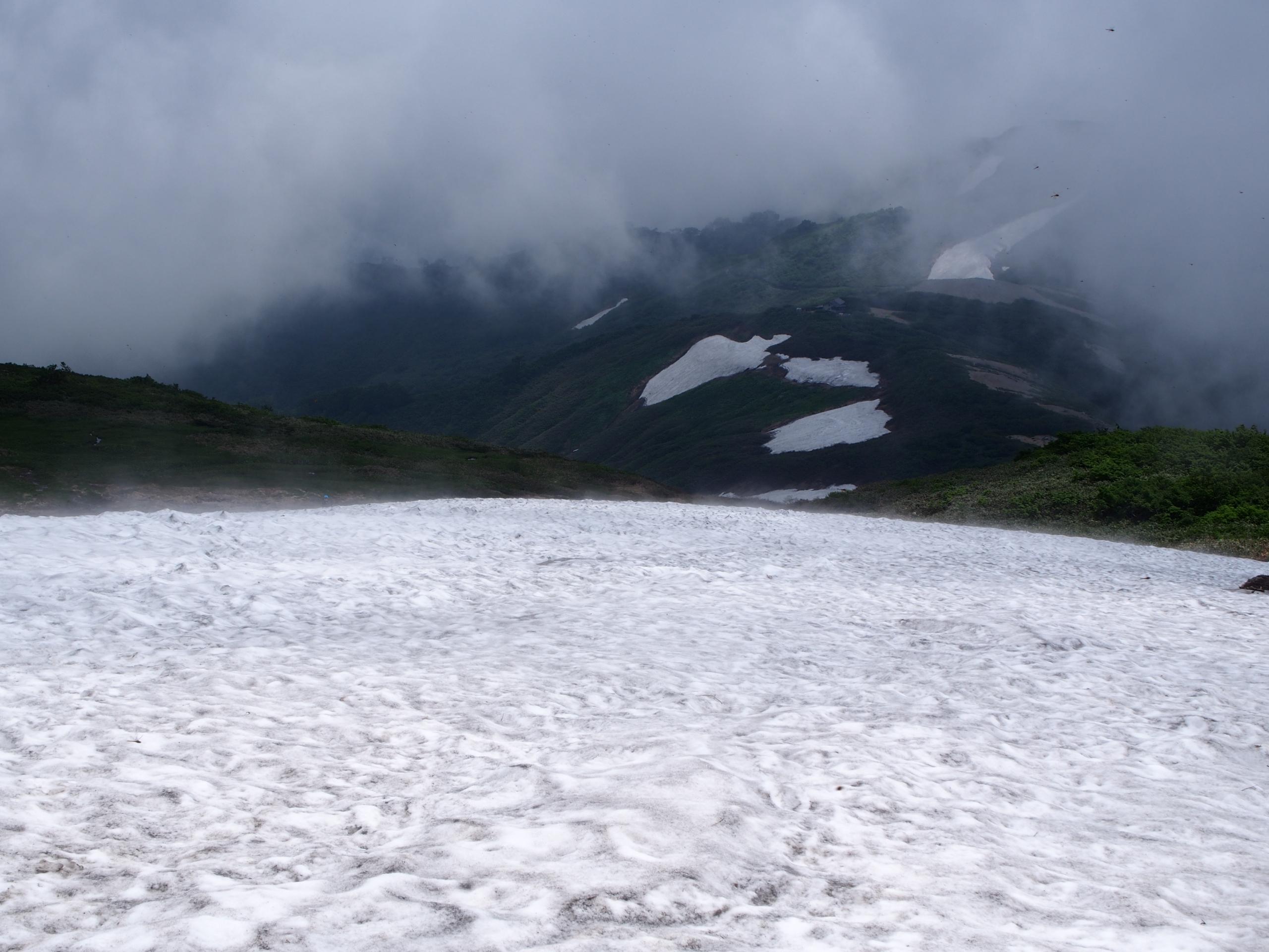 切合小屋近くの雪渓