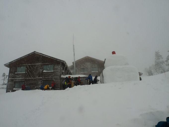 西穂山荘と雪だるま
