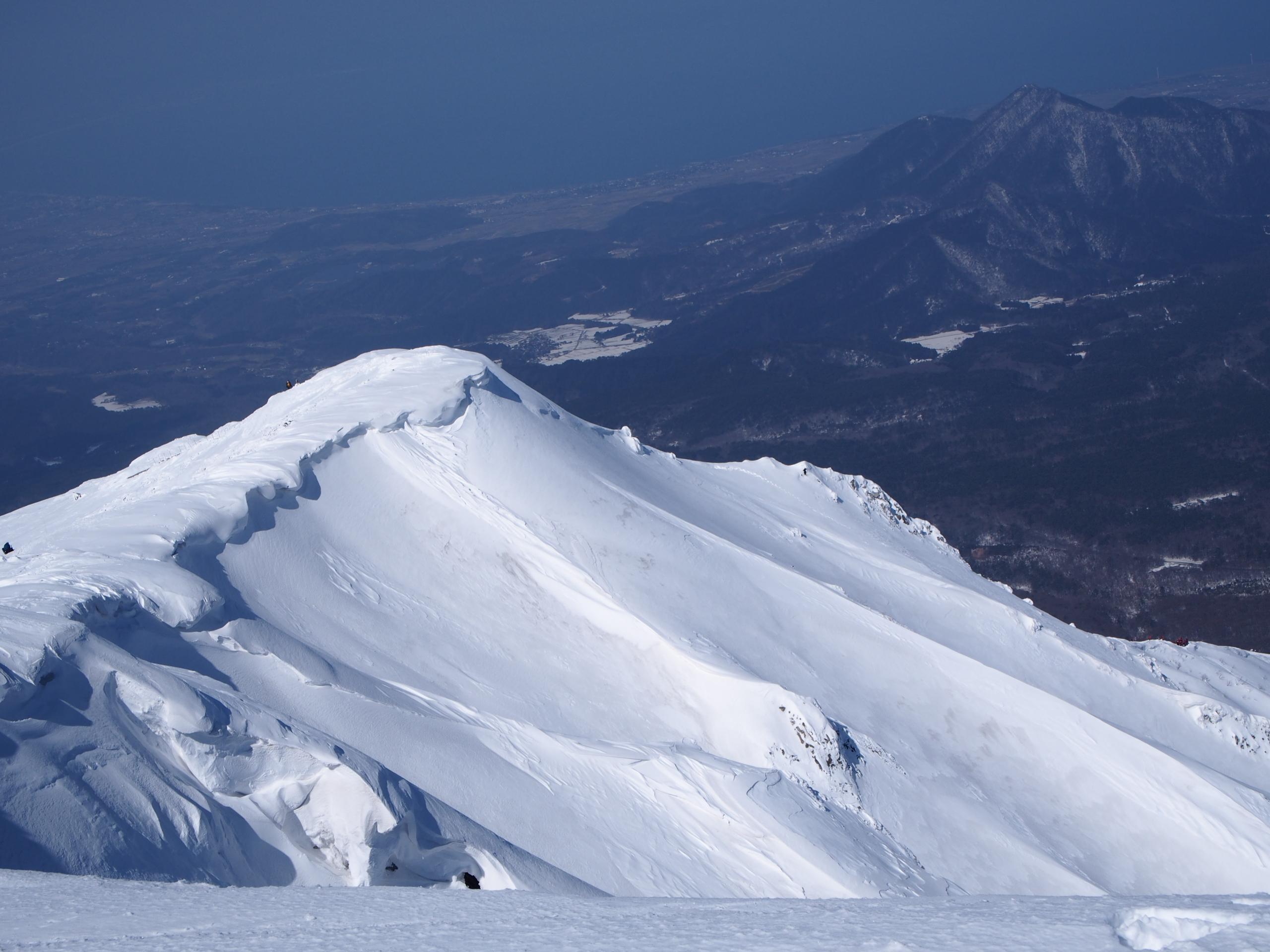 美しい雪庇ですね